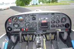Cockpit des Motorseglers