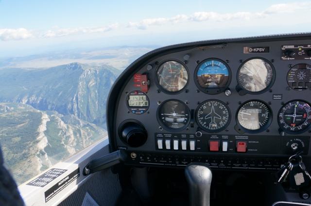 Cockpit-View D-KPSV im Gebirge